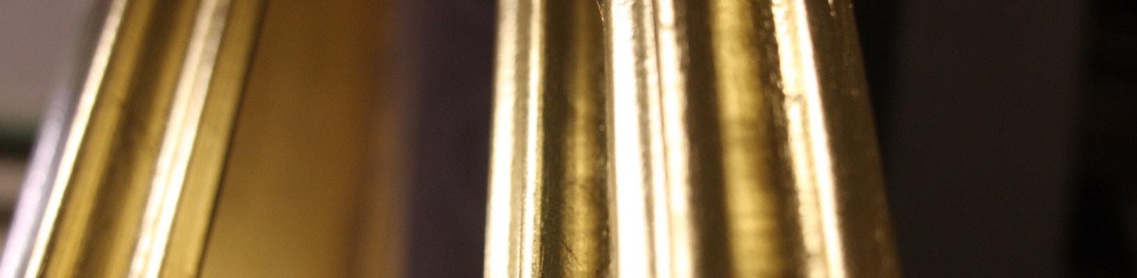 Nahaufnahme von zwei Echtgoldrahmen bei AKRS in Stuttgart
