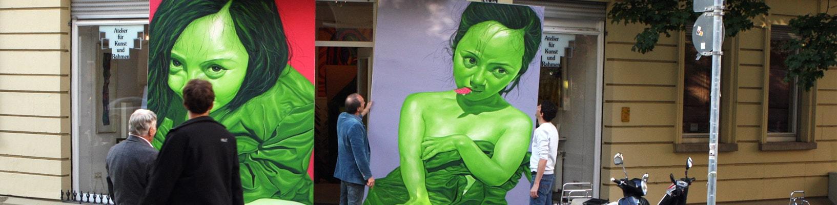 Anlieferung von Großportraits einer Kunstaktion bei AKRS in Stuttgart