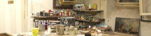 Blick auf Töpfe, Farben und altes Radio in der Werkstatt AKRS, Stuttgart